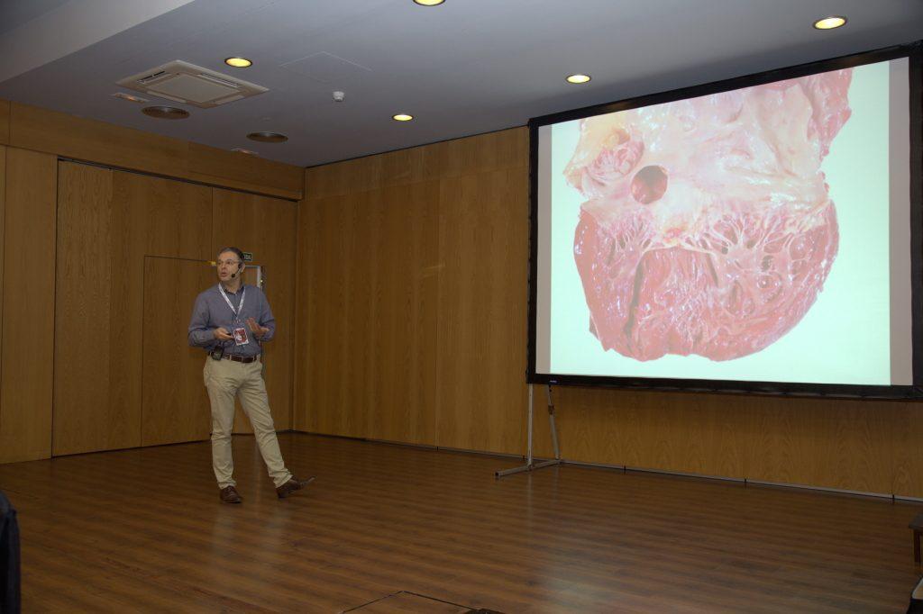 El Dr. Roger Llatjós durante su ponencia