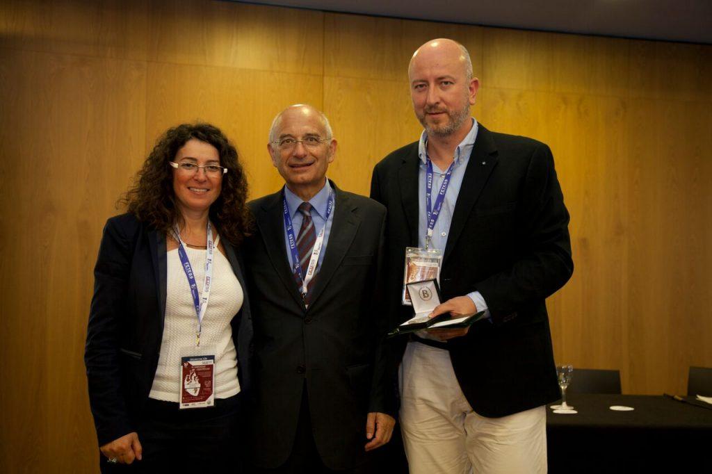 La Sra. María Dolores Moreno junto con el Dr. Ángel Cequier y el Sr. David Elvira, haciéndole entrega al Dr. del obsequio de agradecimiento